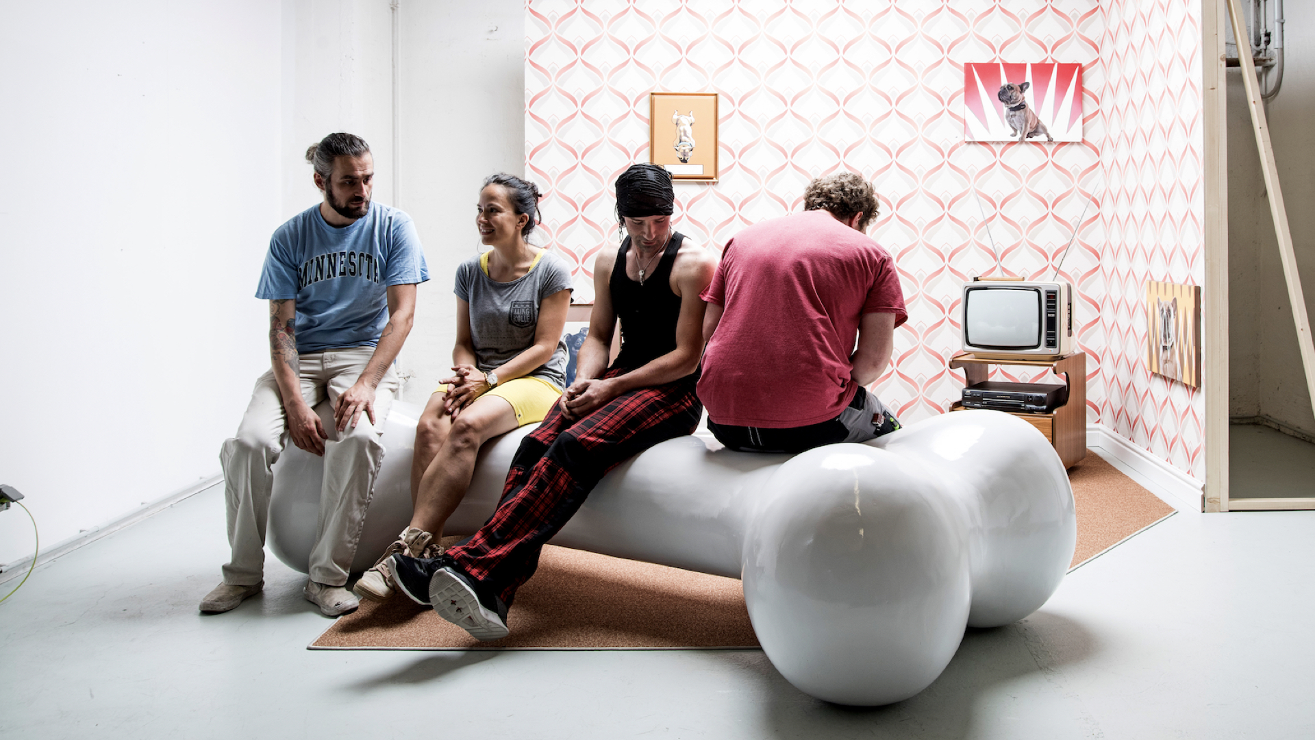 Skilled workers sit on a giant bone: Orange Council designs the pug living room for the Europace stand at IT trade fairs.